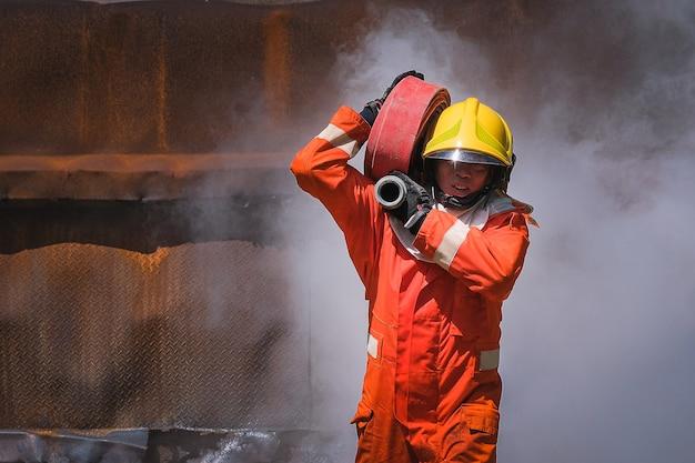Pratica di squadra per combattere con il fuoco in situazioni di emergenza Foto Premium