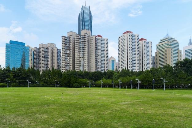 Prato del parco e architettura urbana moderna a qingdao, cina Foto Premium