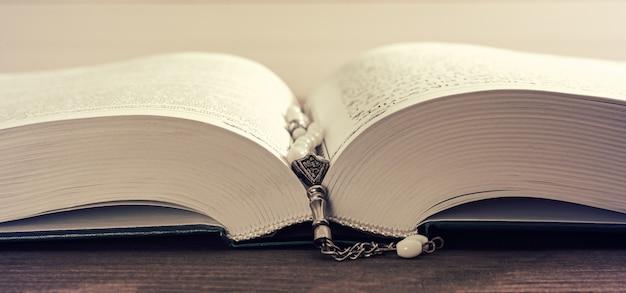 Pregare perline e santo corano Foto Premium