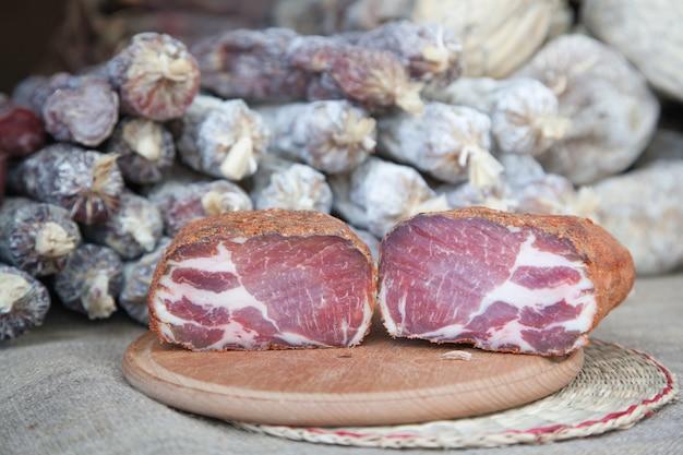Prelibatezza di carne - a scatti, commercio di strada Foto Premium