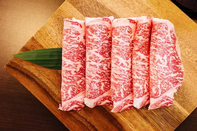 Premium rare slices wagyu di manzo con consistenza marmorizzata per sukiyaki e shabu. Foto Premium