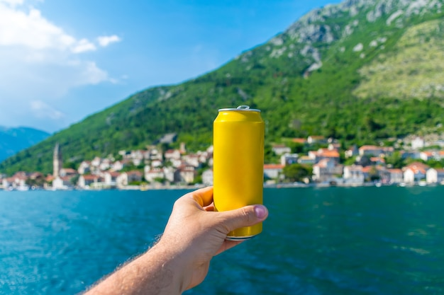 Prendi toast e bevi birra, navigando su uno yacht lungo la baia di boka kotorska. Foto Premium