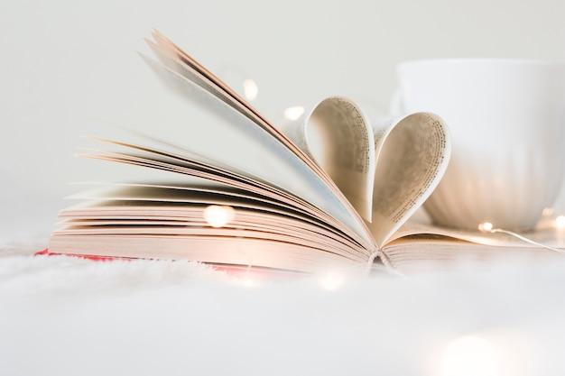Prenota con le sue pagine che danno forma a un cuore Foto Gratuite