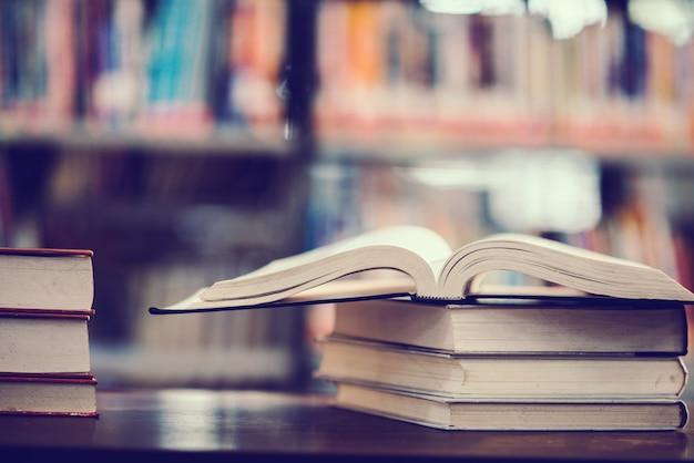 Prenota in biblioteca con libro aperto Foto Gratuite