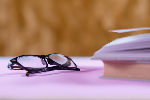 Prenota sulla scrivania, il concetto di educazione Foto Gratuite
