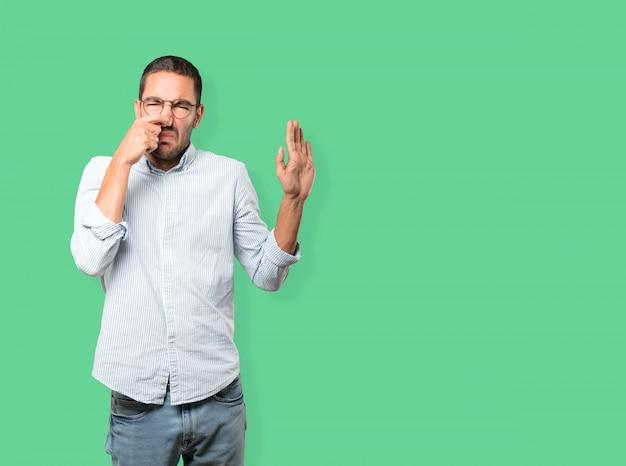 Preoccupato giovane con un gesto di disgusto Foto Premium