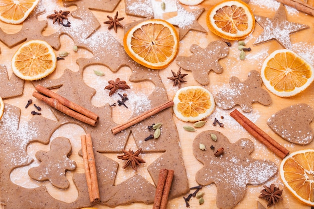 Preparare i biscotti al pan di zenzero. cottura natalizia Foto Premium