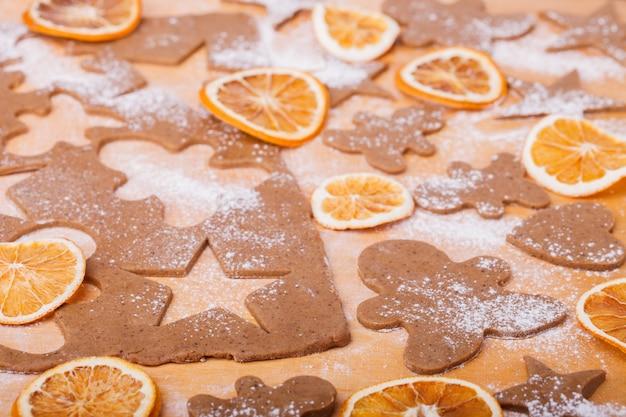 Preparare i biscotti gingerbread. sfondo di cottura di natale Foto Premium