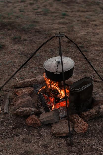 Preparare il cibo sul fuoco Foto Premium