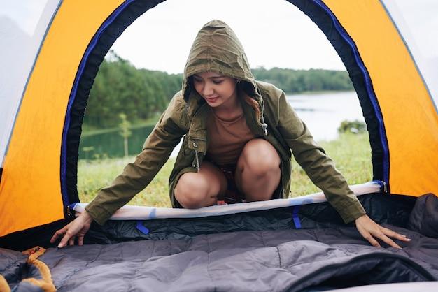Preparare la tenda per dormire Foto Gratuite