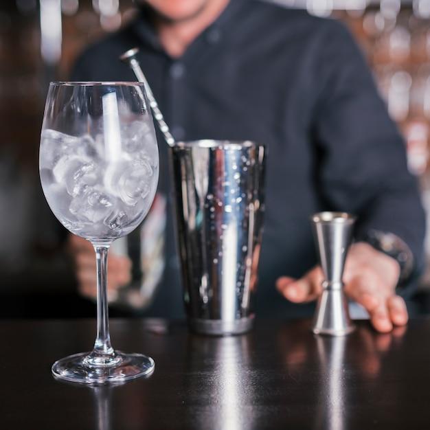 Preparare un cocktail rinfrescante in un bar Foto Gratuite