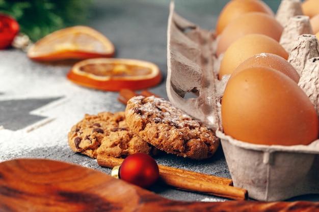 Prepararsi per natale. i biscotti di festa di cottura si chiudono su Foto Premium