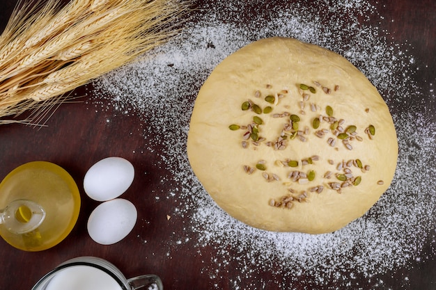 Preparati per fare il pane fatto in casa con semi Foto Premium