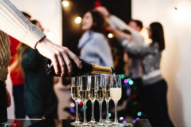 Preparativi per natale e capodanno. la compagnia di giovani felici attraenti festeggia Foto Gratuite