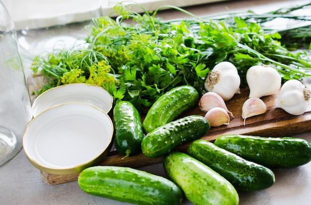 Preparazione cetrioli marinati con erbe, aglio, sale e spezie. Foto Premium