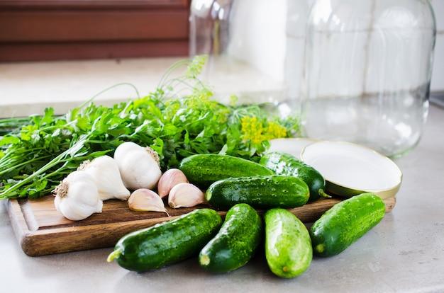 Preparazione cetrioli marinati di conservazione con erbe, aglio, sale e spezie. Foto Premium