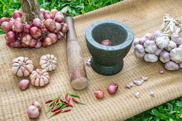 Preparazione della pasta di peperoncino tailandese. Foto Premium