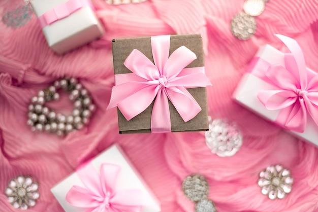 Preparazione di composizione decorativa per i regali di decorazione di vacanza. Foto Premium