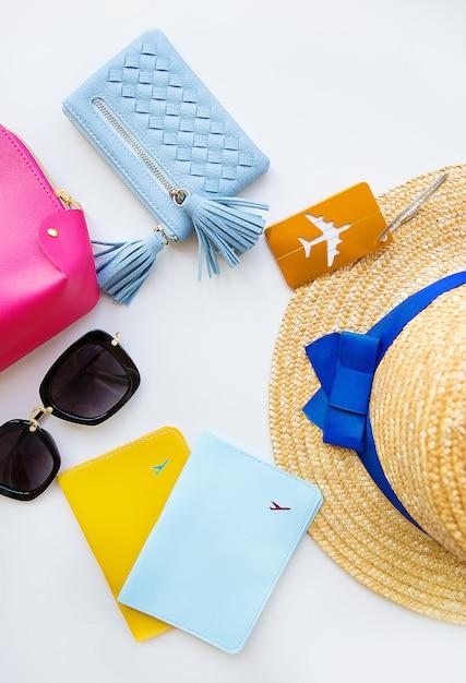 Preparazione per le vacanze - cappello, occhiali, passaporto, borsa cosmetica, borsa. avvicinamento Foto Premium