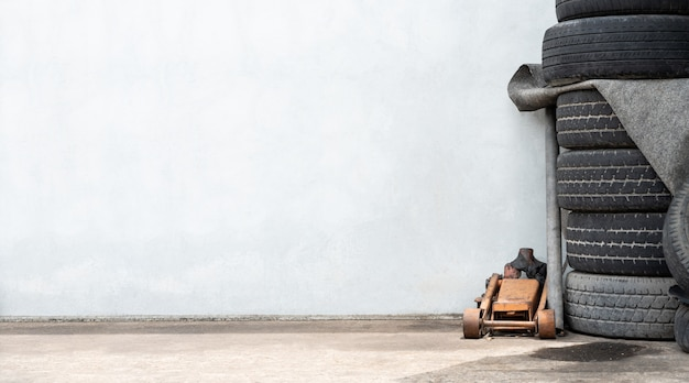 Presa e gomme di servizio di riparazione della riparazione dell'automobile dell'automobile, fondo della sostituzione della ruota della gomma con copyspace Foto Premium
