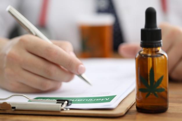 Prescrizione di scrittura della mano dei medici del primo piano per canapa Foto Premium