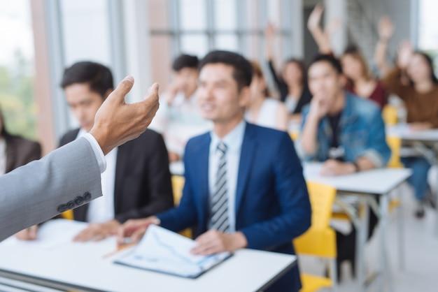 Presentazione dell'uomo d'affari in una sala riunioni di conferenza Foto Premium