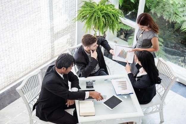 Presentazione della conferenza d'affari con l'ufficio della squadra di lavagna a fogli mobili Foto Premium