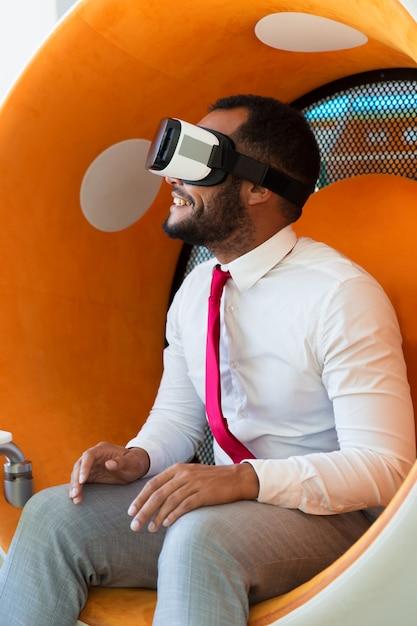 Presentazione virtuale di sorveglianza professionale stupita allegra Foto Gratuite