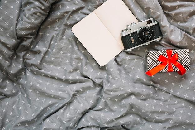 Presente vicino a fotocamera e notebook Foto Gratuite