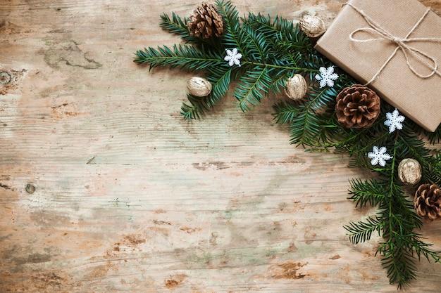 Presente vicino a rametti di conifere e coni Foto Gratuite