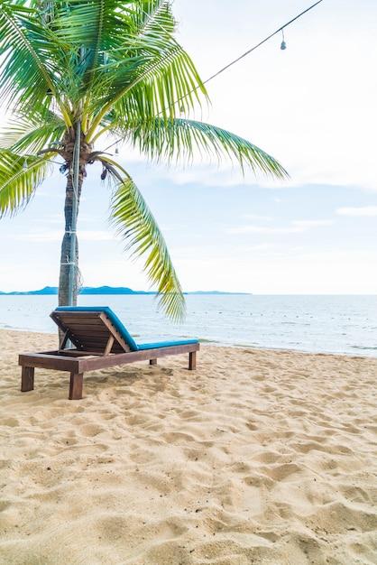 Presidenza di spiaggia, palma e spiaggia tropicale a pattaya in tailandia Foto Premium