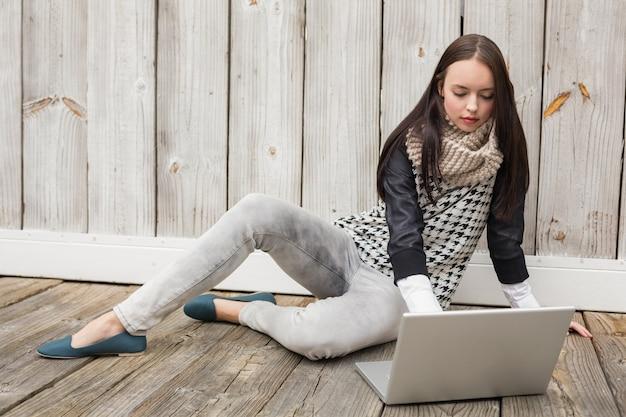 Pretty hipster con il suo laptop Foto Premium