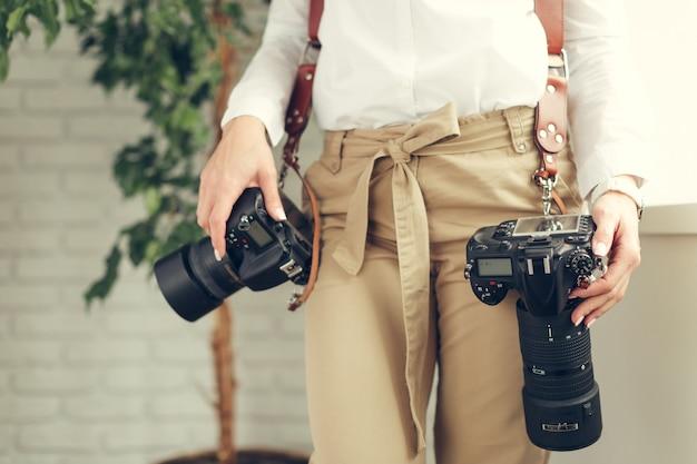Pretty woman è un fotografo professionista con fotocamera dslr Foto Premium
