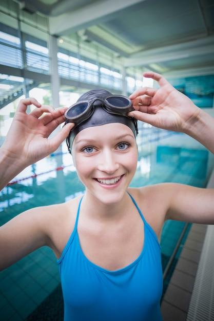 Pretty woman indossare occhiali da nuoto in piscina Foto Premium