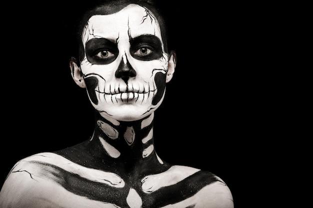 Pretty woman with skeleton tattoo Foto Premium