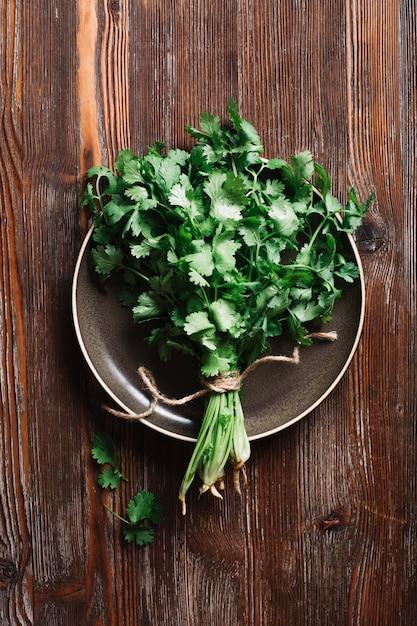 Prezzemolo verde fresco di vista superiore su un piatto Foto Gratuite