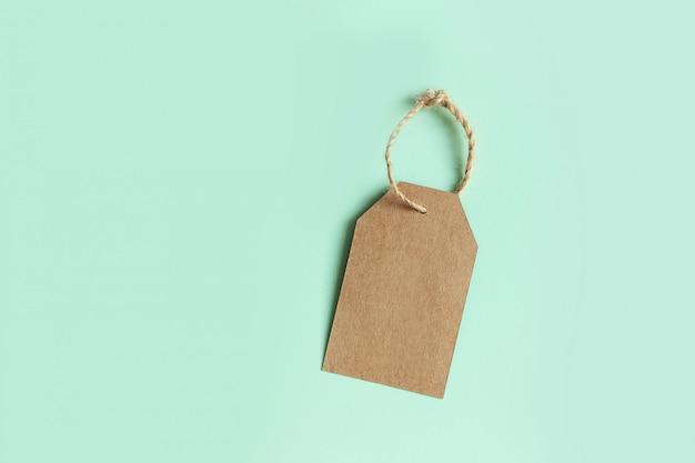 Prezzo da pagare del cartone di brown su verde pastello, vista superiore. iscriviti in vendita. Foto Premium