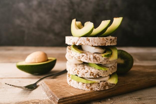 Prima colazione di avocado di vista frontale con sfondo sfocato Foto Gratuite