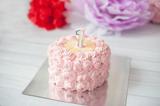 Prima torta di compleanno decorazione festiva per il compleanno con la torta, concetto del primo anno di cake smash. auguri di compleanno Foto Premium