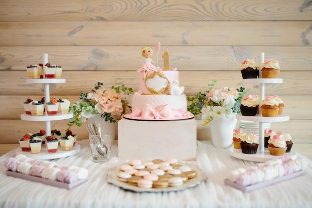 Prima torta di compleanno per ragazza. Foto Premium