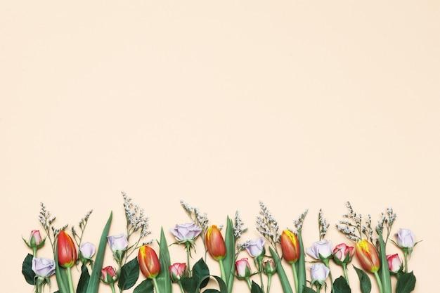 Primavera tulipani e rose sullo sfondo giallo Foto Premium