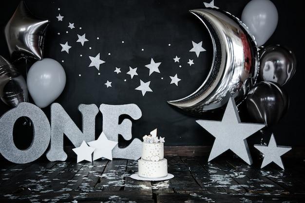 Primo compleanno torta bianca con stelle e candela per piccolo neonato e decorazioni per torta smash. Foto Premium