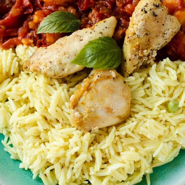 Primo piano ad un piatto indiano del riso e di chiken Foto Gratuite