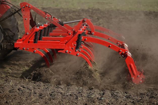 Primo piano agricolo dell'aratro sulla terra, macchinario agricolo. Foto Premium