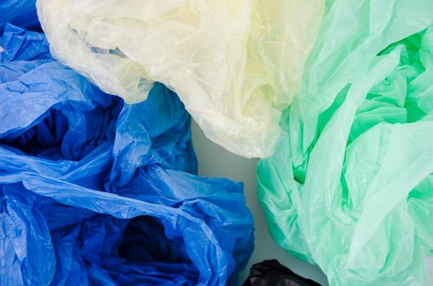 Primo piano, blu; sacchetto di plastica verde e bianco Foto Gratuite