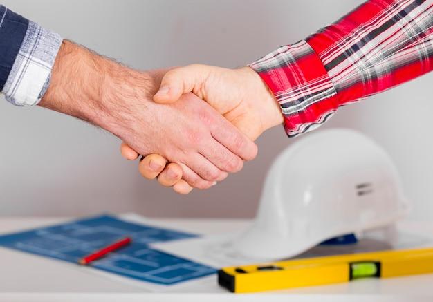 Primo piano degli uomini che agitano le mani Foto Gratuite