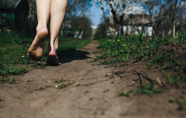 Primo piano dei piedi della donna a terra scaricare foto for Piano terra di 380 piedi quadrati