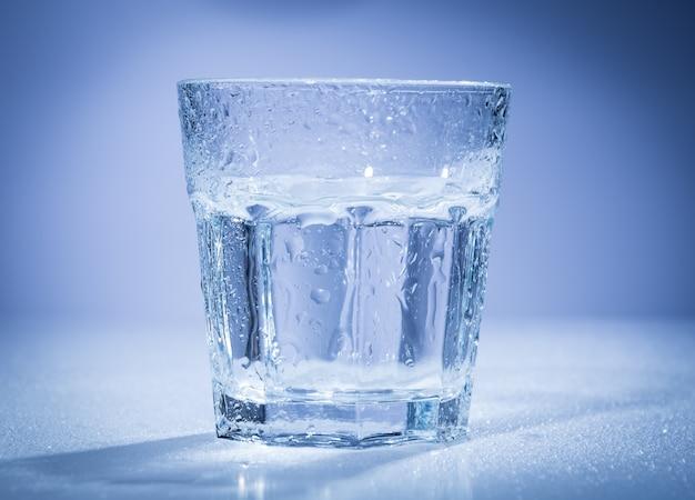 Primo piano del bicchiere d'acqua Foto Gratuite