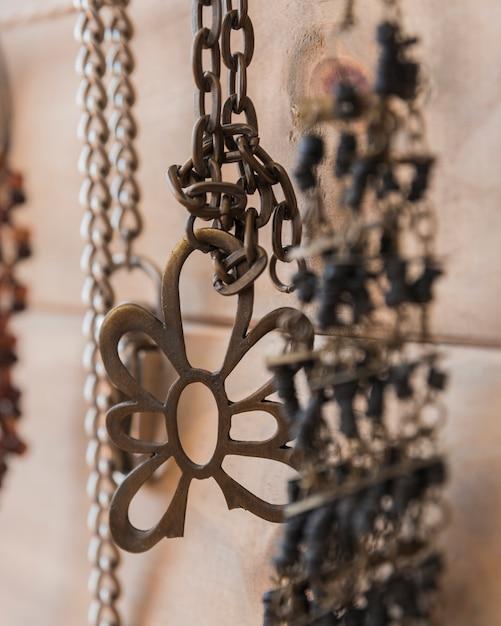 Primo piano del braccialetto e della catena metallici Foto Gratuite
