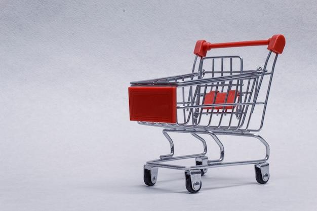 Primo piano del carrello della spesa su fondo leggero. Foto Premium